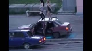Юмор. Выпускной закончился пьяным стриптизом на крыше машины.