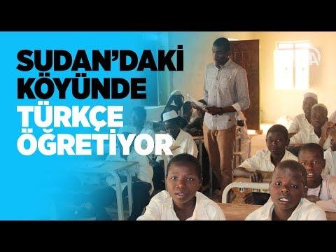 Sudan'daki köyünde çocuklara Türkçe öğretiyor
