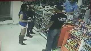 Lutador de MMA agride mulher e apanha muito!