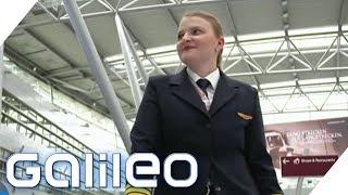 Fliegst du selbst zu Dumpingpreisen? - 10 Fragen an eine Pilotin | Galileo | ProSieben