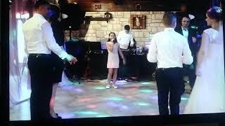 Девочка поёт песню на свадьбе