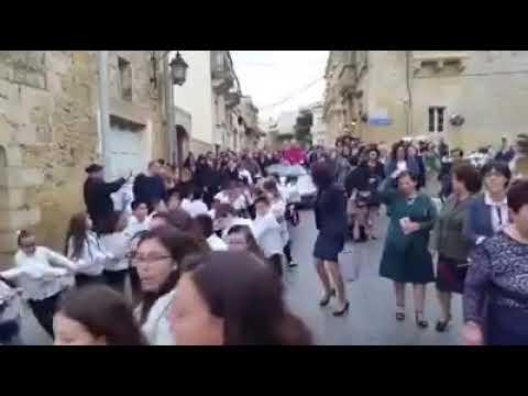 Malta, prete a bordo di Porsche Boxster trainata da bambini