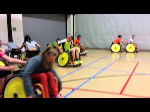 Paul Toes geeft rolstoelbasketbal clinic