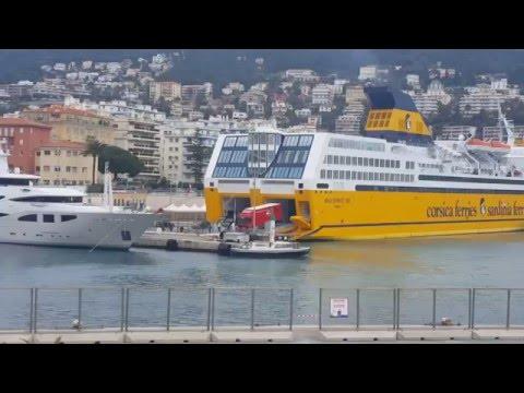 Carretas saindo do navio/     Côte d'Azur France Nice, iates hotéis e restaurantes