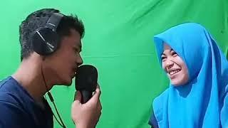 viral, si pria menyanyikan lagu romantis kepada wanitanya