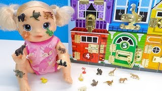 ПОЧЕМУ ОНИ КО МНЕ ПРИКЛЕИЛИСЬ? Кукла Открывает Замочки Ищет Маленьких Зверей 108mamaTV