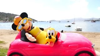 Видео для девочек. Игрушки Минни Маус и Плуто на пляже