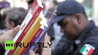 В Мексике писатели возглавили демонстрацию в поддержку проведения книжной ярмарки