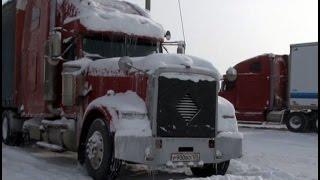 В кабине своей машины скончался дальнобойщик после попыток вытащить тягач из снега.MestoproTV