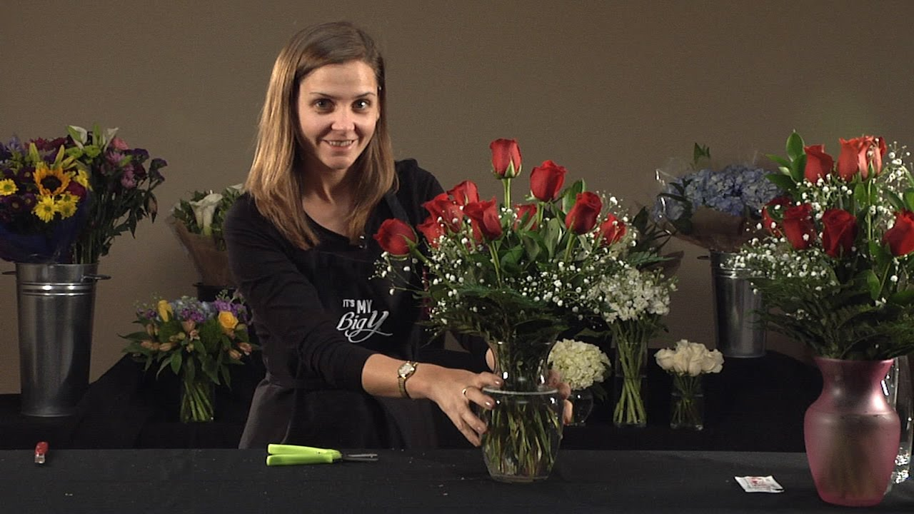 How to arrange a dozen roses in a vase youtube how to arrange a dozen roses in a vase reviewsmspy