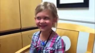 Pige høre for første gang egen stemme
