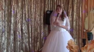 Невеста трогательно поёт о маме.
