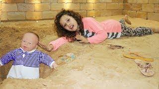 Mamãe finge estar dormindo e brincamos muito juntas na areia thumbnail