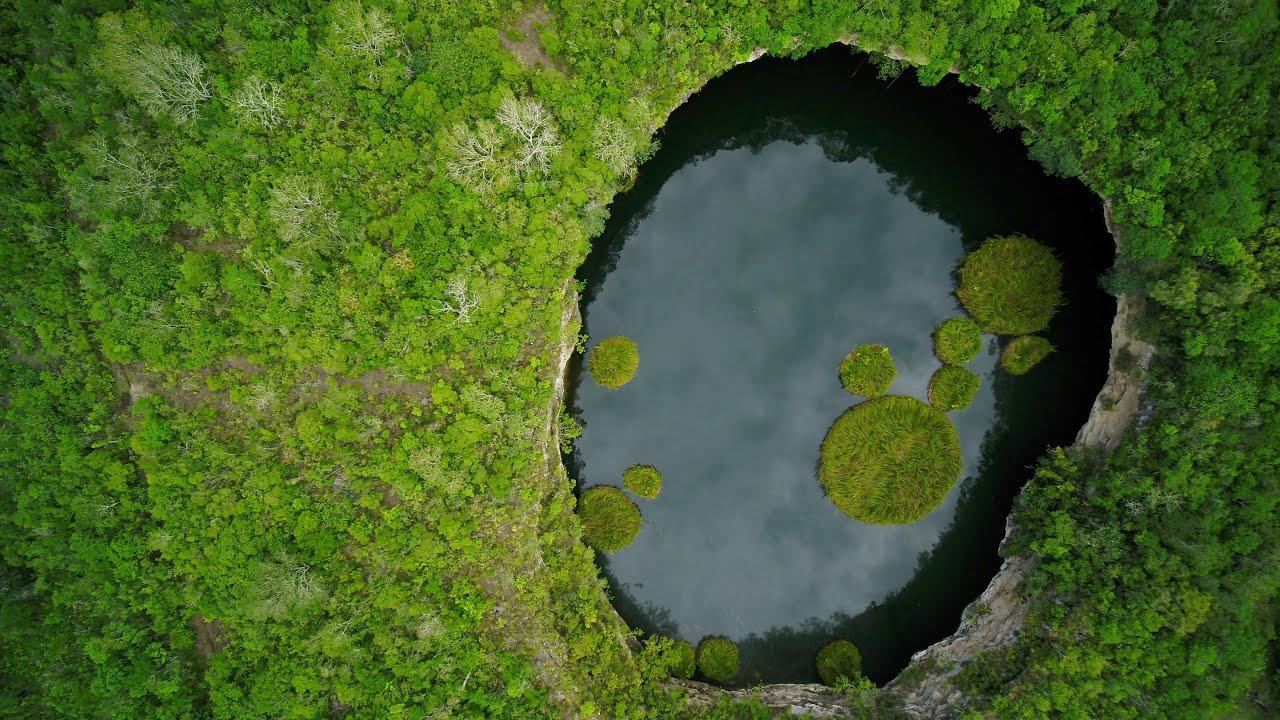 El Zacatón es de los pocos cenotes ubicados fuera de la Península de Yucatán.