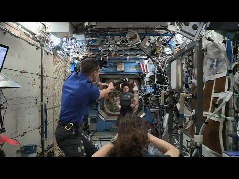 Astronautas de la Estación Internacional juegan al béisbol