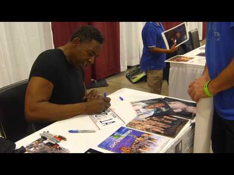 Ernie Hudson from Ghostbusters signing autographs - TopSignatures.com