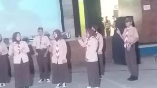 Menyanyikan lagu Laskar Pelangi dan Senyum ABK (b. Isyarat) oleh siswa-siswi tunarungu