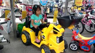 amazing little girl plays with ride on cars at toys r us   bmw audi vw pink mini fiat range rover