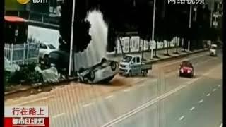 """大货车转弯不打招呼,一旁轿车被迫""""上树"""""""
