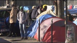 شاهد.. الشرطة الفرنسية تخرج اللاجئين من مخيم