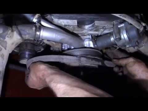 w124 мотор  М102 замена водяной помпы и натяжка ремня w124 motor M102 replacement water pump and bel
