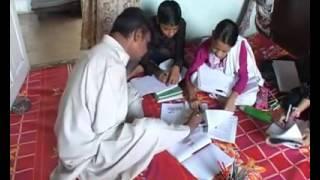 رجل هندي مبتور الذراعين يدرس لأولاده ويشارك في أعمال المنزل بقدميه