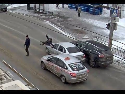 """Все остановились, но нашелся """"самый умный"""": момент наезда на пешехода"""