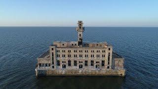 Заброшенный цех для испытания морского оружия в Каспийске