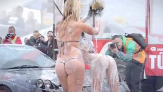 модель Playboy в микро бикини танцует стриптиз