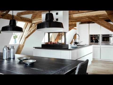 Moderne Insel-Küche mit Kamin