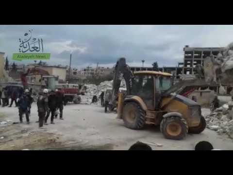 العدية - ازالة انقاض المبنى الذي دمرته غارة روسية مخلفة 21 قتيلا في إدلب