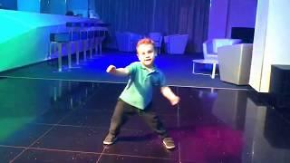 Мальчик танцует. Детские танцы. Boy 3 year old is happy to dance!