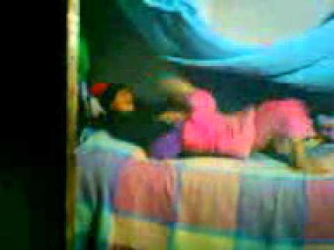 niñas peliandose por la cama 2