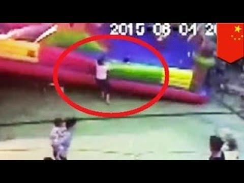 Ребёнок погиб в надувном замке в Китае