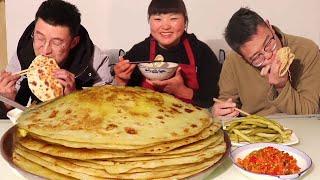 家常鸡蛋灌饼,一次烙一盆,加上腌制的咸菜,年轻人们最爱吃!【陕北霞姐】