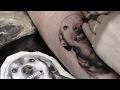Fazendo a tatuagem em homenagem ao Ninão