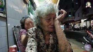 Cụ bà 80 tuổi bán há cảo bật khóc trước tấm lòng của Việt kiều Mỹ