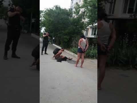 Севастополе девушка и парень были очень пьяные.