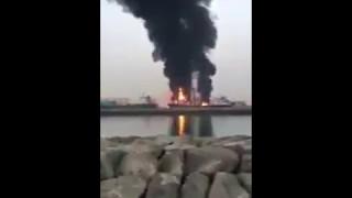 """""""فيديو"""" شاهد اندلاع حريق هائل في ناقلة مواد بترولية في ميناء الحمرية الإماراتي"""