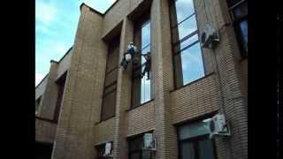 Мойка окна промышленным альпинистом(Мойка окон в здании администрации г.Домодедово. Если вам нужно качественно помыть окна в труднодоступных..., 2012-09-13T12:31:28.000Z)
