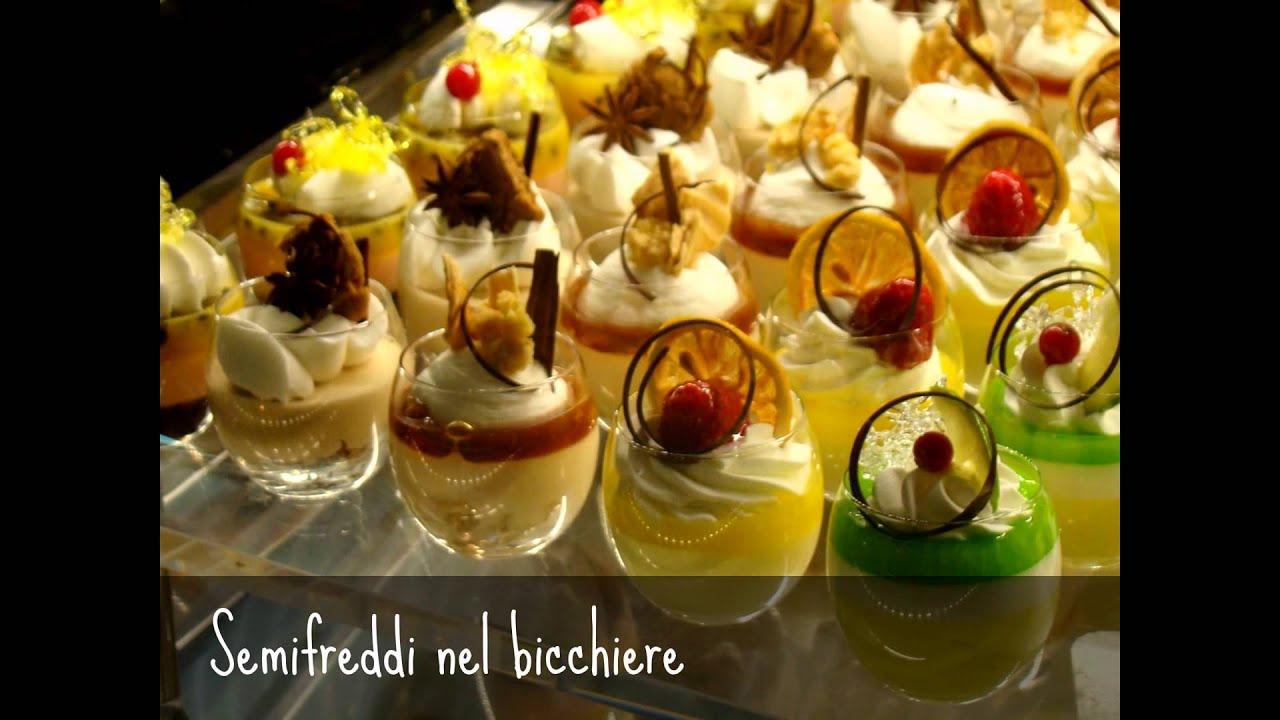 Torte moderne semifreddi e dolci al cucchiaio di alta pasticceria.