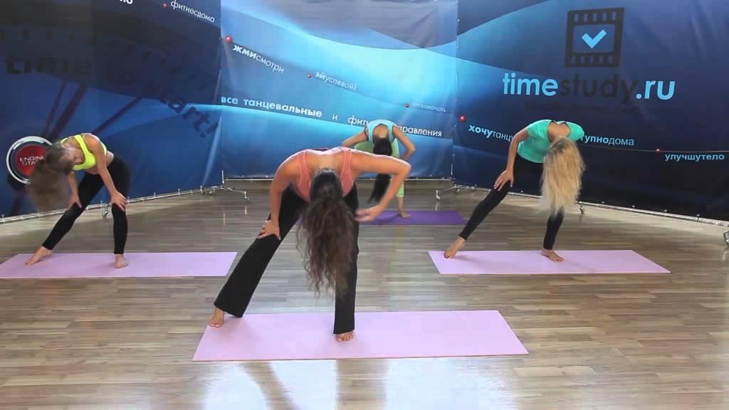 Сексуальное движение головой и волосами во время танца