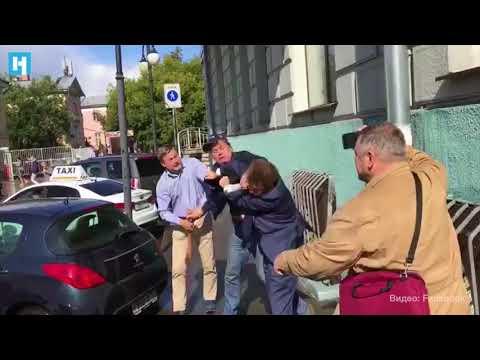 Активист SERB подрался с адвокатом Ильей Новиковым у дома с мемориальной табличкой Немцову