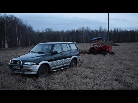 Ssangyong Musso 602EL 2.9D Pulling T-25 Out Of Mud (1080p)
