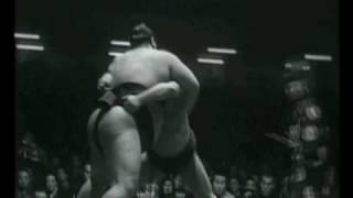 11e jour de l'Hatsu 1955 : victoire par Sotogake du Komusubi Shinob...