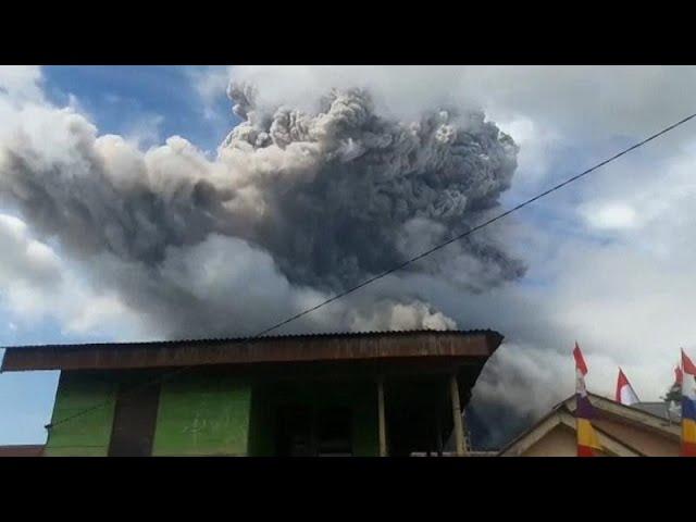Вулкан Синабунг выбросил 5-км столб пепла