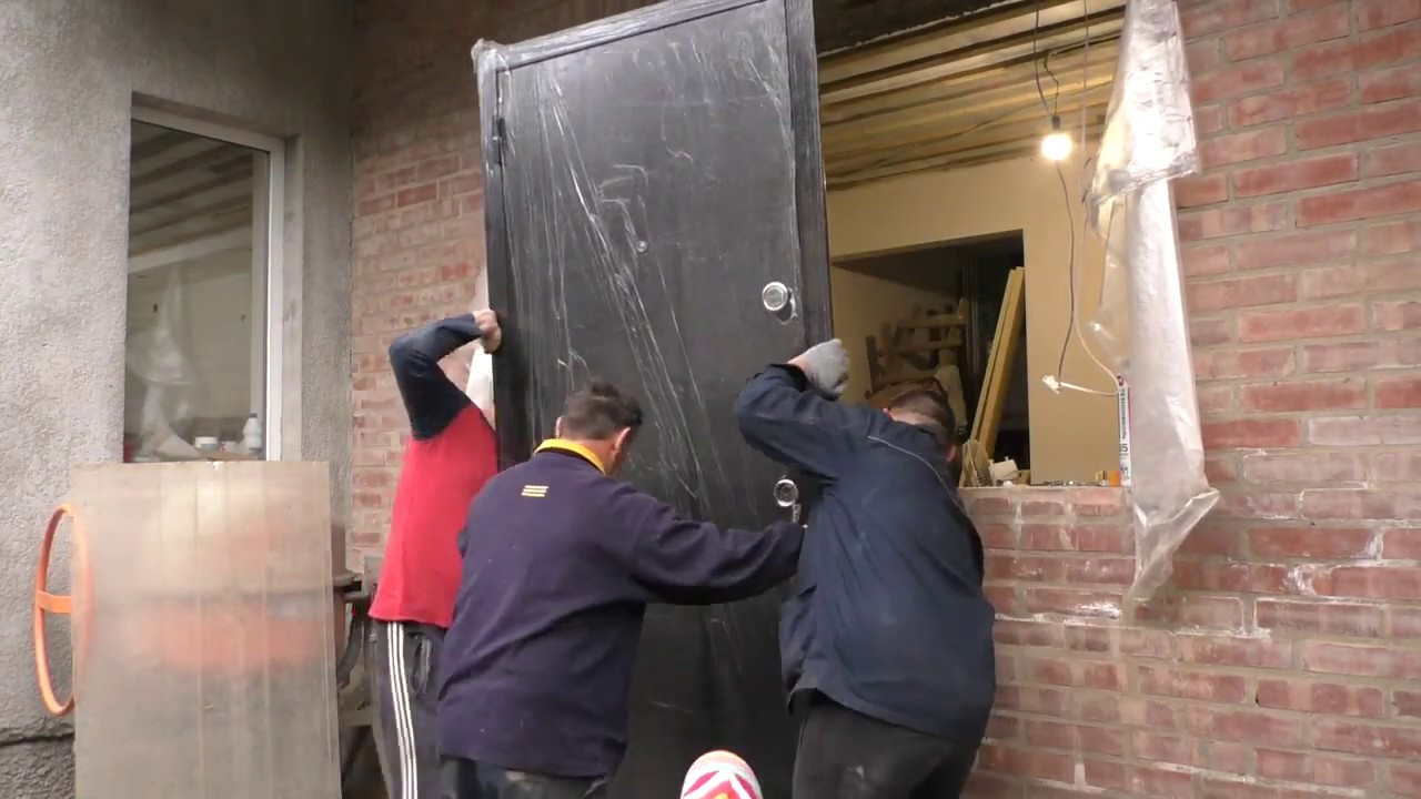 Как сделать перегородки из ВГКЛ в ванной на мансарде, как установить входную дверь. Серия 25