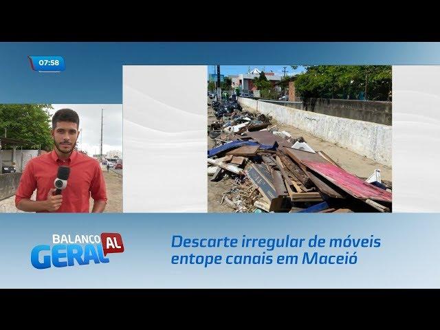 Descarte irregular de móveis entope canais em Maceió