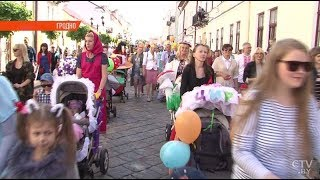 Парад детских колясок прокатился по брусчатке Гродно