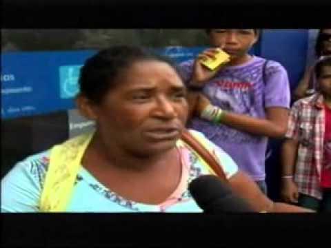 0 Mulher chateada por que o  dinheiro do Bolsa Família não dá pra comprar calça de 300 reais para a filha